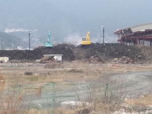 微生物の発酵で燻ぶる瓦礫の山
